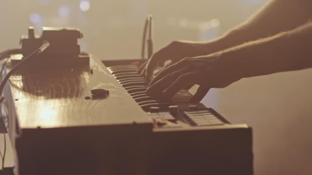 vidéos et rushes de keyboarder jouant - synthétiseur