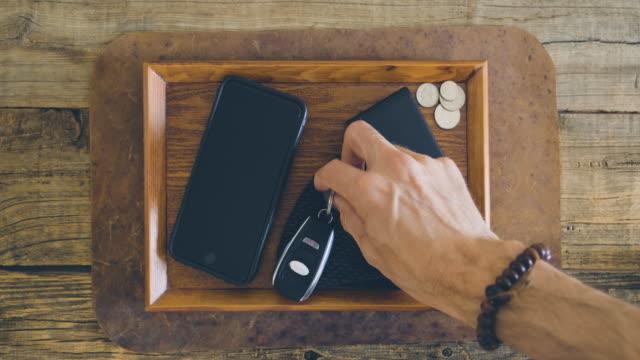 桌子上的鍵和蒙版。 - 銀包 個影片檔及 b 捲影像
