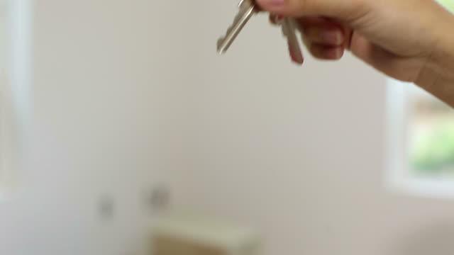 chiavi per una nuova casa - chiave video stock e b–roll
