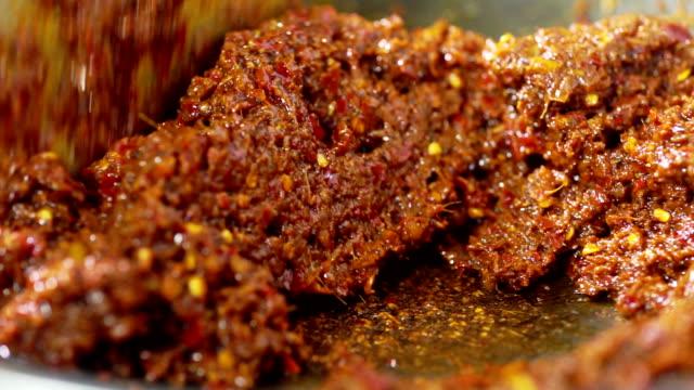 stockvideo's en b-roll-footage met khao soi recept, voorbereiding van thaise gele curry recept plakken in een koekenpan met ijzer. - {{asset.href}}