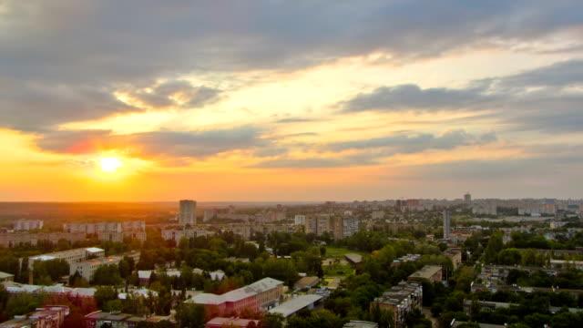 ハリコフ市上からの夕刻を撮影。ウクライナ - 屋根点の映像素材/bロール