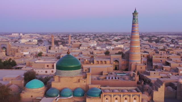 希瓦烏茲別克斯坦日落暮光之城伊斯蘭霍賈空中4k無人機飛行 - 亞洲中部 個影片檔及 b 捲影像