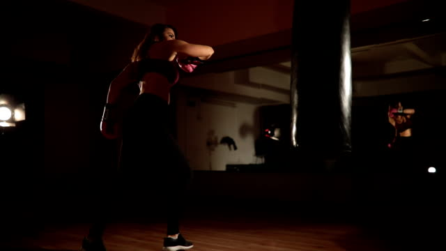 vídeos de stock e filmes b-roll de kickboxer girl - boxe tailandês