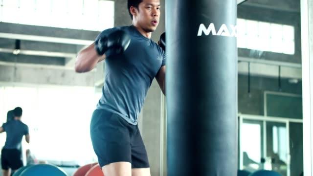 vídeos y material grabado en eventos de stock de preparación para una pelea en el gimnasio de kickboxer - artes marciales