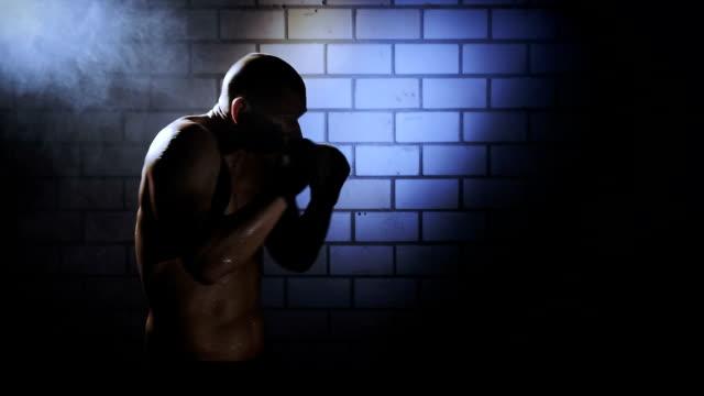 kick boxing preparazione per una battaglia - sparring allenamento video stock e b–roll