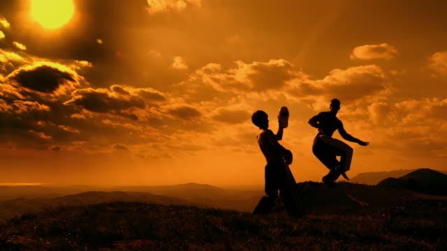 vídeos y material grabado en eventos de stock de grúa hd cámara lenta: una clase de kickboxing en el crepúsculo - artes marciales