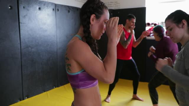 vídeos de stock, filmes e b-roll de treinamento de kickboxing - autodefesa