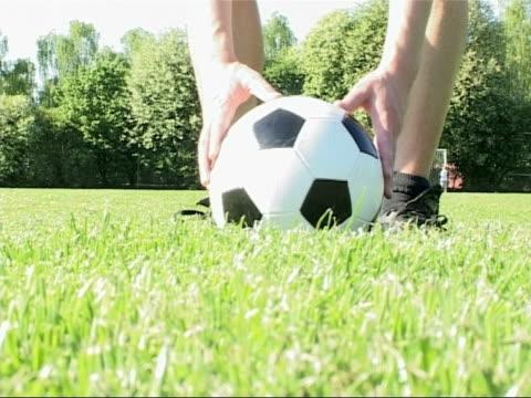 サッカーボールを蹴る - サッカークラブ点の映像素材/bロール