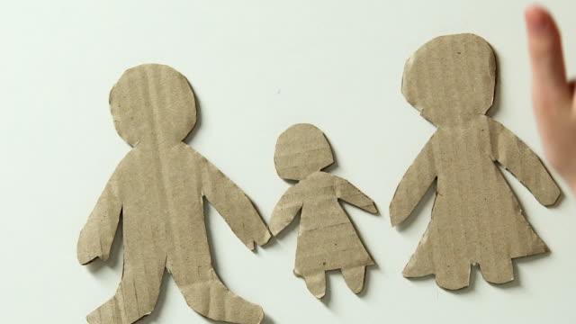 kid lägga till figurera av mor och leksak hjärta i papper familj drömmer om föräldrar - saknad känsla bildbanksvideor och videomaterial från bakom kulisserna