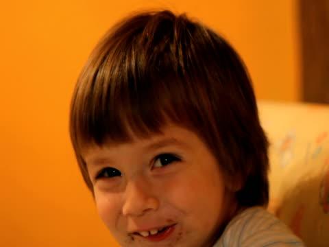 bambino mangiare e sorridere - solo bambini maschi video stock e b–roll