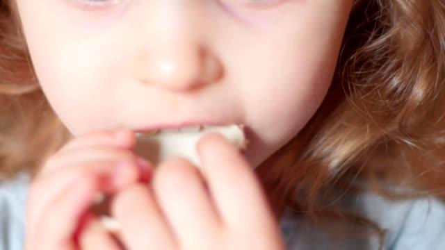 kind schokolade essen - zucker stock-videos und b-roll-filmmaterial