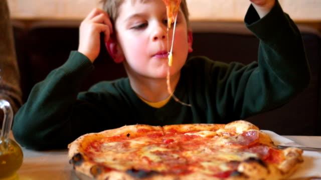 お子様のピザ)を食べる ビデオ