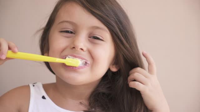 vídeos de stock e filmes b-roll de kid girl brushing teeth - escovar