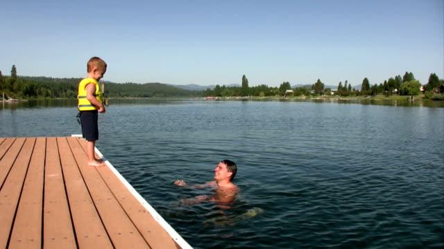 vídeos de stock e filmes b-roll de criança saltos - swim arms