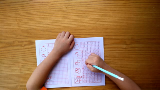 kid learns to write Arabic numerals by following guides video