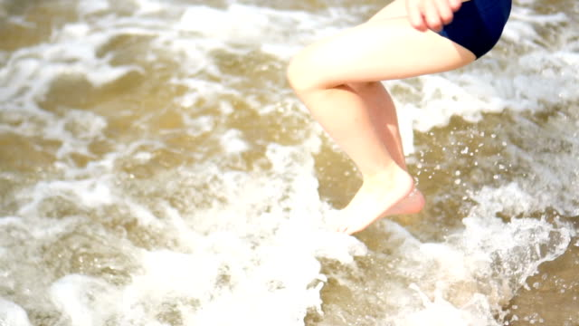 kid play on the beach - solo bambini maschi video stock e b–roll