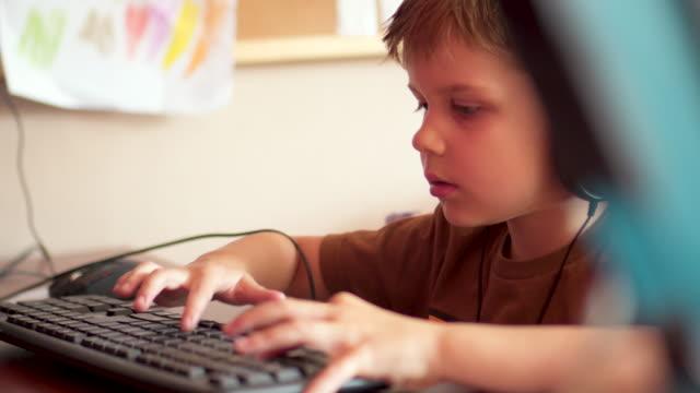 子供がコンピューターにビデオゲームをプレイ - ゲーム ヘッドフォン点の映像素材/bロール