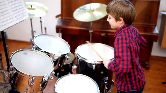 vídeos de stock e filmes b-roll de kid studying drums - bateria instrumento de percussão
