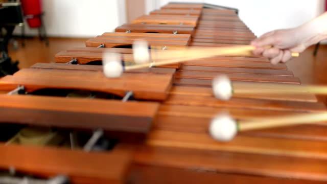 vidéos et rushes de enfant étudiant instrument à percussion - instrument à percussion