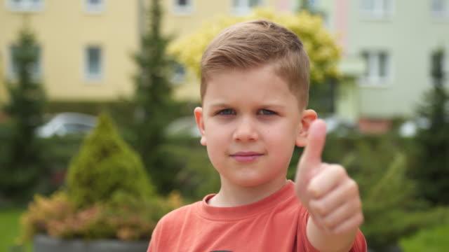 çocuk başparmak yukarı - thumbs up stok videoları ve detay görüntü çekimi