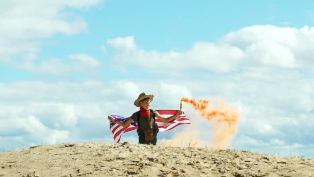 kid with flag and smoke grenade - solo bambini maschi video stock e b–roll