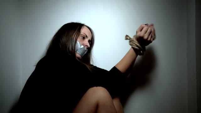vídeos y material grabado en eventos de stock de secuestro mujer - amarrado