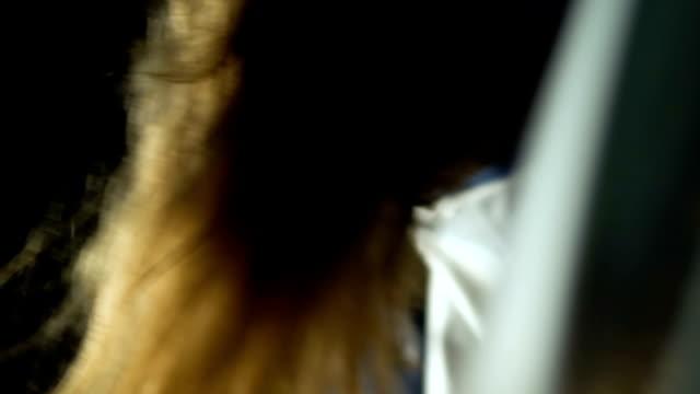 vídeos y material grabado en eventos de stock de secuestrador ocultación inconsciente chica en tronco, exigiendo rescate por su vida, la delincuencia - human trafficking