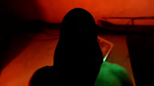 vídeos y material grabado en eventos de stock de secuestrado secuestradores tomar bolsa de mans cabeza - amarrado