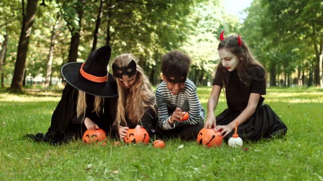 kids after trick-or-treating - four seasons filmów i materiałów b-roll