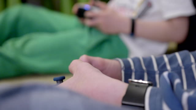 vídeos y material grabado en eventos de stock de los niños están jugando videojuegos en casa. - stay home