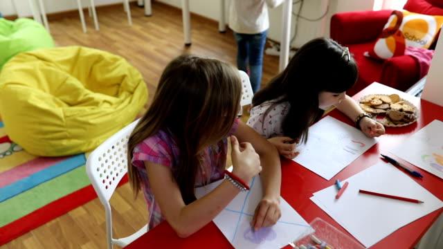 vídeos y material grabado en eventos de stock de niños en escuela privada - escuela media