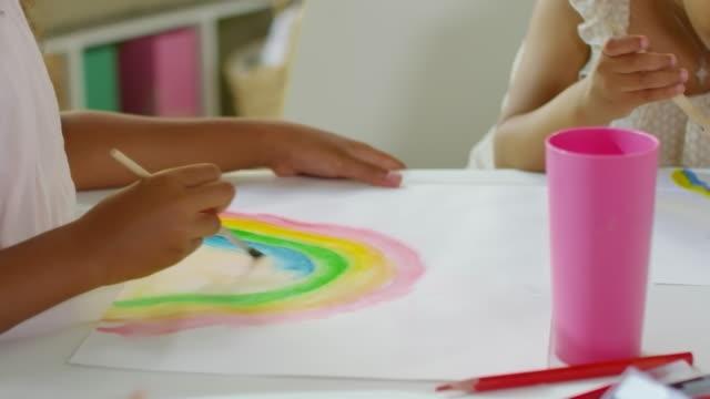 예술 수업에서 무지개를 그리는 아이들 - kids drawing 스톡 비디오 및 b-롤 화면