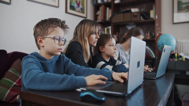 vídeos y material grabado en eventos de stock de niños durante la cuarentena covid-19 asistiendo a la clase de la escuela en línea. - stay home