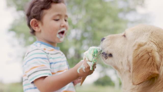 kids eating ice cream - leccare video stock e b–roll