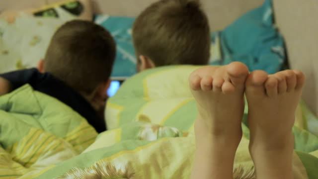 barn njuta av online på natten - ligga på mage bildbanksvideor och videomaterial från bakom kulisserna