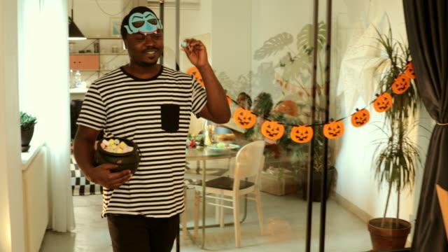 孩子們享受萬聖節季節 - halloween candy 個影片檔及 b 捲影像