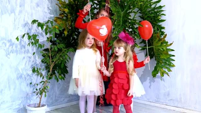 amici bambini con palloncini rossi in vacanza - nastro per capelli video stock e b–roll