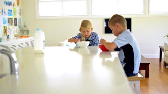 vídeos de stock, filmes e b-roll de crianças café-da-manhã antes de escola - comida feita em casa