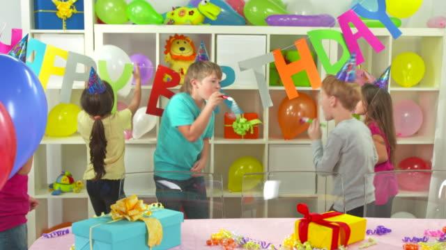 HD: Niños divirtiéndose en fiesta de cumpleaños - vídeo