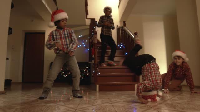お子様のサンタの帽子ダンスます。 - サンタの帽子点の映像素材/bロール