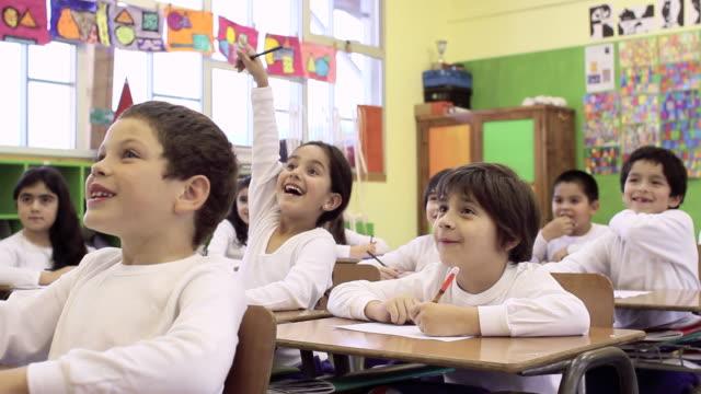 お子様用のスクール形式 ビデオ