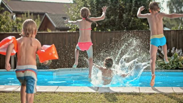 vídeos y material grabado en eventos de stock de cámara lenta ds salto de los niños en la piscina - backyard pool