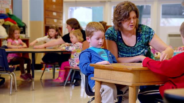 stockvideo's en b-roll-footage met kids learn to play the game memory in school - peuterklasleeftijd