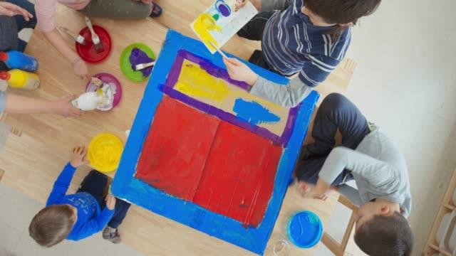 stockvideo's en b-roll-footage met kids schilderij een kartonnen doos - peuterklasleeftijd