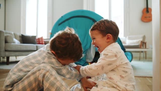 Kinder spielen zu Hause mit einem Zelt – Video