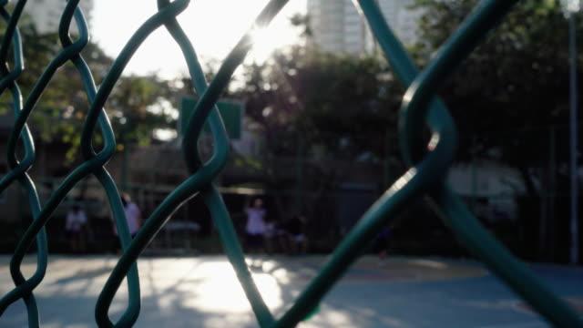 vidéos et rushes de enfants jouant au basket-ball - uniforme