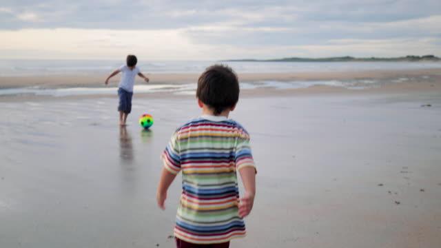 stockvideo's en b-roll-footage met kinderen spelen op het strand - engeland