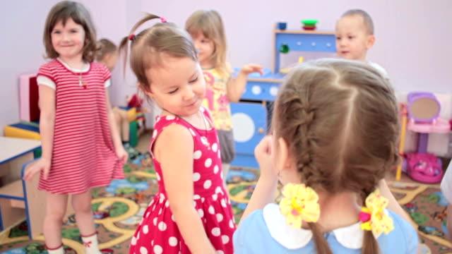 子供遊びにダンスが幼稚園に入るまでに、笑い - 託児施設点の映像素材/bロール