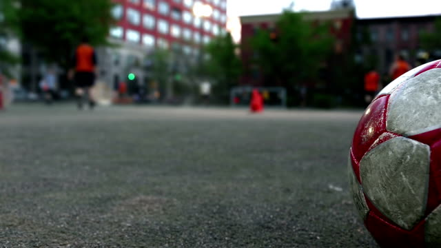 kinder spielen fußball - grundstück stock-videos und b-roll-filmmaterial