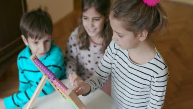 barn gräl över abacus, slowmotion, handhållna skott - abakus bildbanksvideor och videomaterial från bakom kulisserna